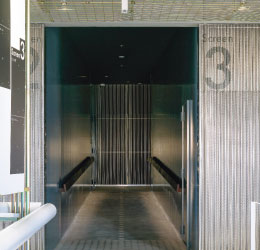 カーテンのような表情と光の透過性を持つ金属板【ステンレスパンチング波板】