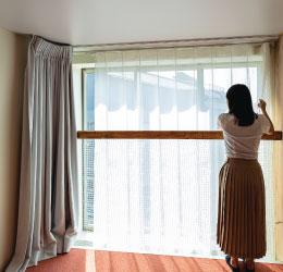 家の内部と外部の境界にある立体的な膜【カーテン】